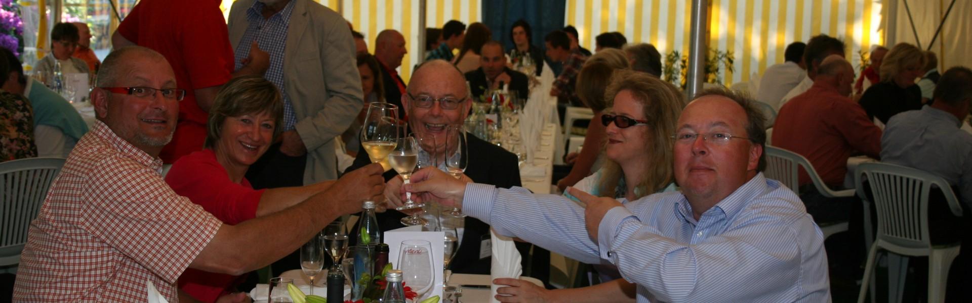 Gföllner Ingrid im Zelt, fröhlich und ausgelassen feiern