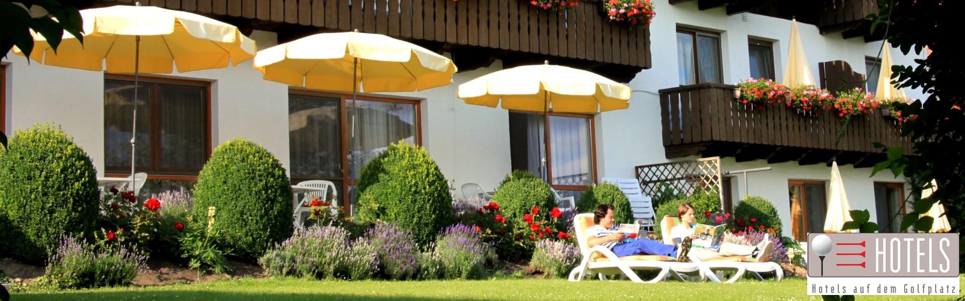 Liegewiese mit Maria und Manuel im Golf- und Landhotel Anetseder in Raßbach