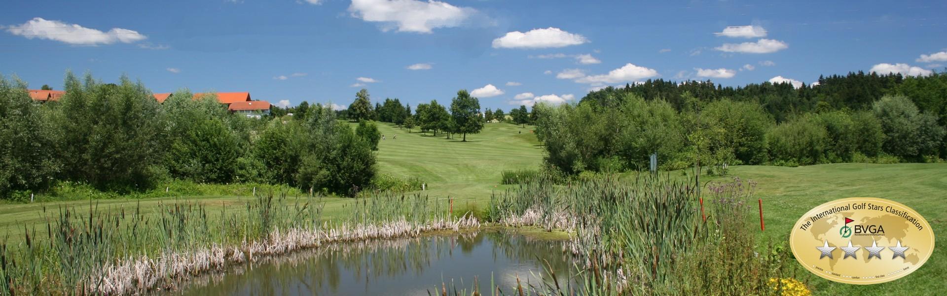 Tee 18 in Spielrichtung, Golfplatz des Donau Golf Club Passau-Raßbach im Golf Resort Passau-Raßbach