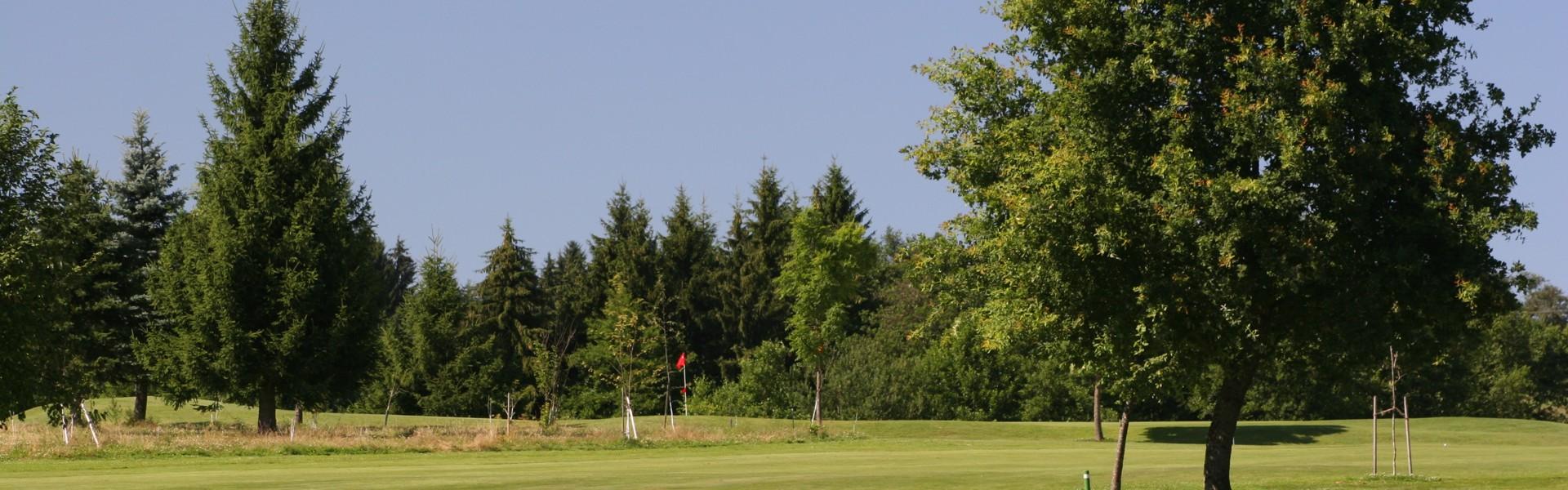 Grün 24 über vorgelagertes Rough, Golfanlage im Donau Golf Club Passau-Raßbach
