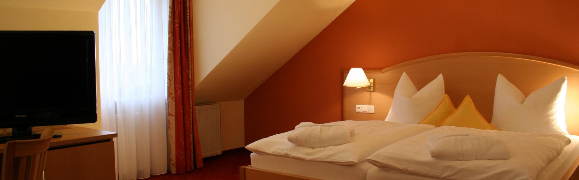Zimmer mit Bett im Golf - und Landhotel Anetseder